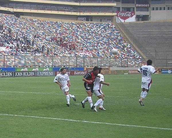 García salta, pero por tamaño no llega al balón (Foto: Abelardo Delgado / DeChalaca.com)