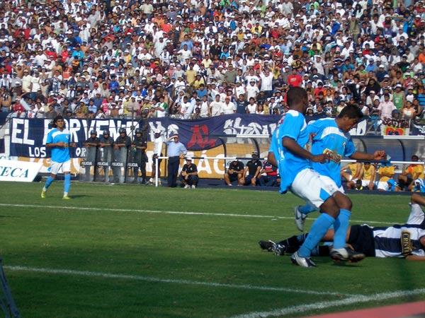 SIN CABEZA. Cristal no fue un rival sencillo y puso pierna fuerte en cada ataque local. En la escena Prado y Villalta le ganan a 'Wally' Sánchez. (Foto: Abelardo Delgado / DeChalaca.com)