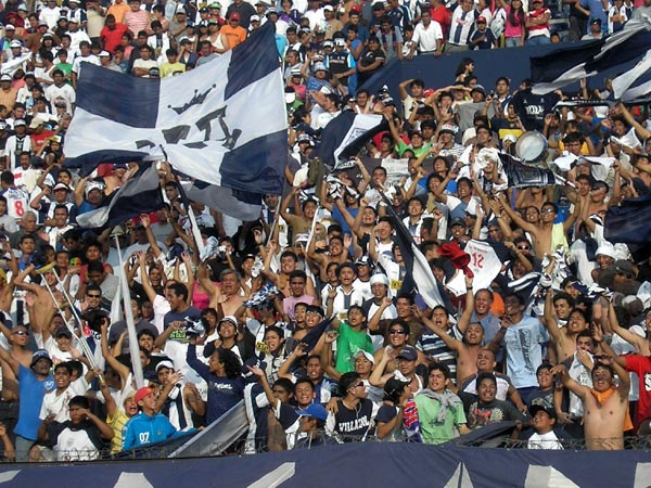 ALGARABÍA. En Sur disfrutaron mucho el triunfo, casi como si fuera un título. Y no era para menos. (Foto: Abelardo Delgado / DeChalaca.com)