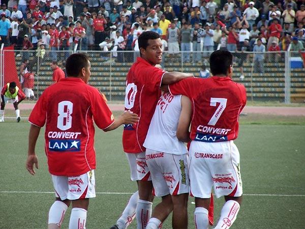 ESTE SÍ. 'Pizarrito' es felicitado por sus compañeros luego de anotar por segunda vez en el arco de Rivera (Foto: diario La Industria de Chiclayo)