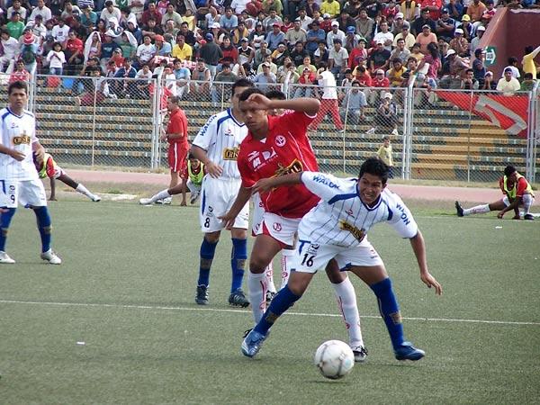 HOY NO FUE SU DÍA. Marcio Valverde (16) no tuvo ocasión de marcar un nuevo gol. Sus labores se limitaron a marcar a Carlos Zegarra (Foto: diario La Industria de Chiclayo)