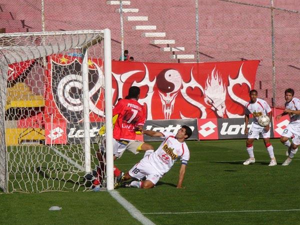 GRAN CAPITÁN. Álvarez saca el balón y salva su arco ante la presión de Alva (7) (Foto: Diario del Cusco)