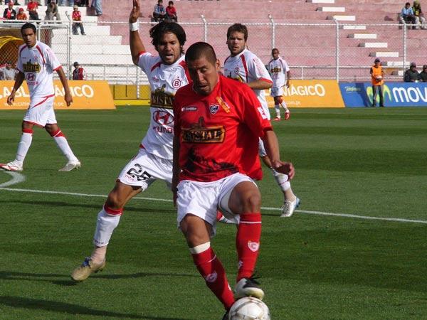 PARA MACHOS. Marío Gómez trata de controlar el balón; atrás el grito de 'Lalo' Uribe para la distracción (Foto: Diario del Cusco)