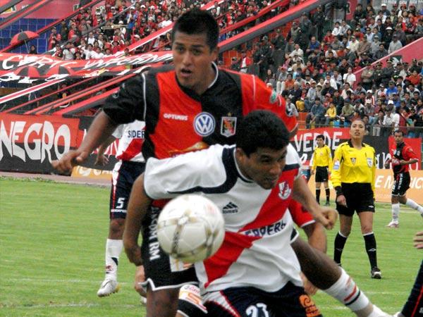 VIEJO TERCO. Ronceros intenta ganar el balón ante la marca de Gárate (Fotos: Prensa FBC Melgar)