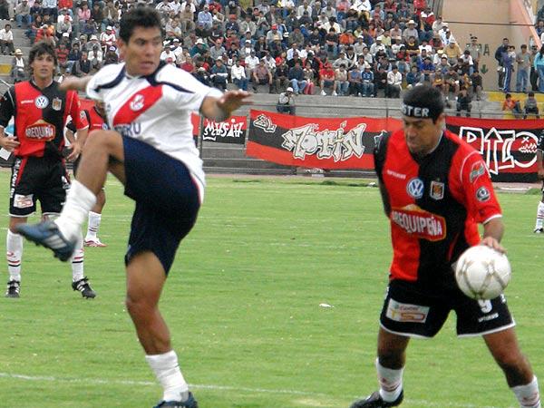 ¿MANO DEL 'CHECHO'? El goleador estuvo buscando el arco galvista todo el partido (Fotos: Prensa FBC Melgar)