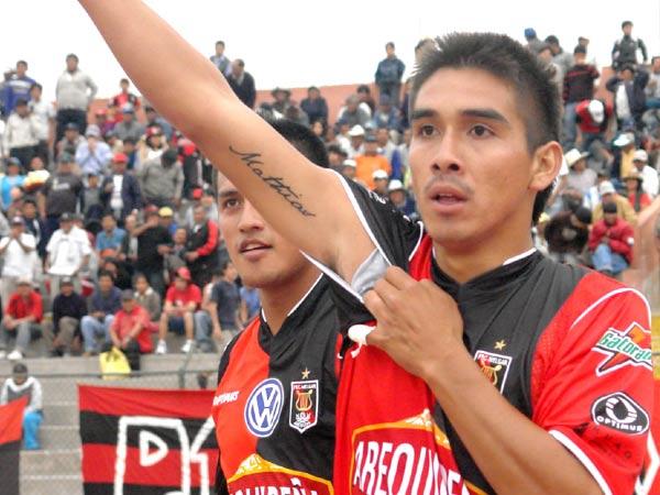 VA PARA TI. Nórbil Romero dedica uno de sus goles al dueño del significado del tatuaje (Fotos: Prensa FBC Melgar)