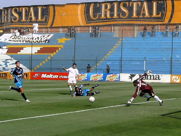 INOCUO. Ya pateó el paraguayo Pérez, pero el balón salió desviado (Foto: Gian Saldarriaga / DeChalaca.com)