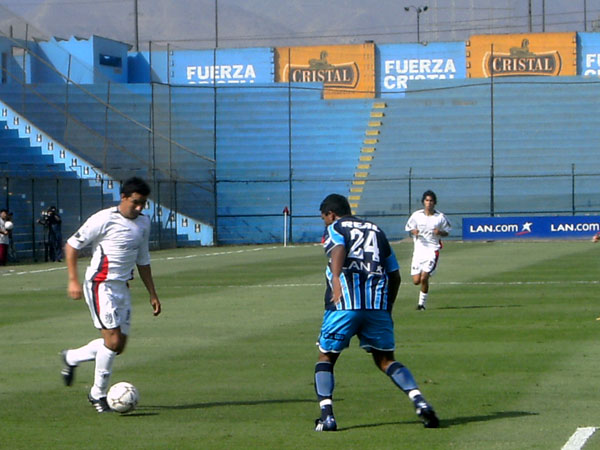 SÓLIDO LEE. Andonaire (24) fue el mejor del campo por el carril izquierdo vallejiano (Foto: Gian Saldarriaga / DeChalaca.com)