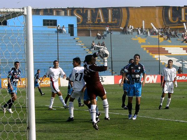 TRANQUILO. Fischer Guevara atrapa seguro el balón. El golero trujilano no tuvo tanto trabajo (Foto: Gian Saldarriaga / DeChalaca.com)