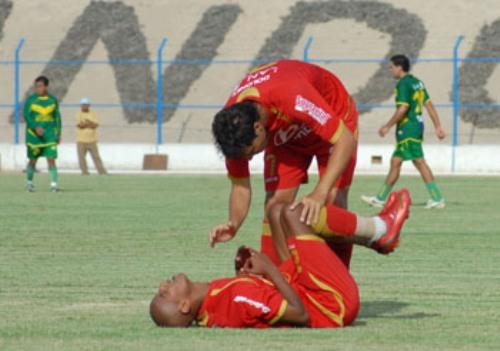 PÁSAME LA RACHA. Demus le pide a un lesionado Ross la posta de los goles (Foto: Radio Uno de Tacna)