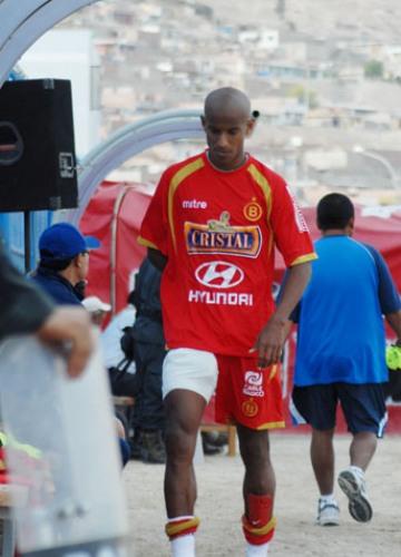 SE VA EL GOLEADOR. Una fuerte entrada de Bustinza dejó sentido a Junior Ross. La figura del partido tuvo que dejar la cancha (Foto: Radio Uno de Tacna)