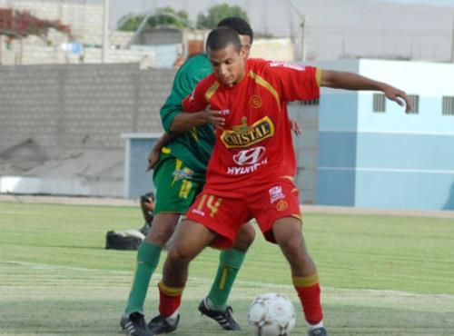 NO LA MIRES. Paul Rodríguez (18) trata de alejar a Barros del balón. El Sub-20 fue el verdugo de los huaracinos (Foto: Radio Uno de Tacna)