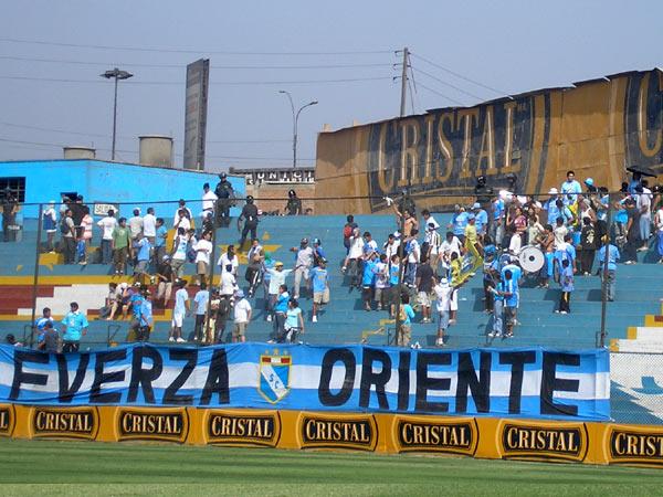 EN CASA. La barra Oriente de Cristal se apostó desde temprano y copó la tribuna lateral (Foto: Abelardo Delgado / DeChalaca.com)
