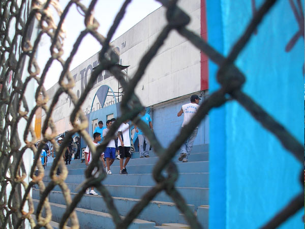 TRAS LAS REJAS. Así deberían terminar todos aquellos mal llamados hinchas que fomentan la violencia en los campos de juego (Foto: Abelardo Delgado / DeChalaca.com)