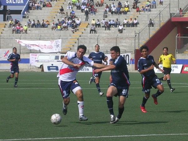Claudio Velázquez y Atilio Muente luchan el balón en el anterior empate 2-2 entre Gálvez y San Martín en Chimbote. (Foto: Diario de Chimbote)