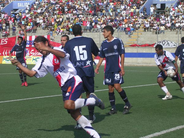 EL RITMO DEL 'CHINO'. Carlos 'Chino' Ibarra tuvo una inusitada tarde goleadora y se despachó dos tantos en el arco de Ricardo Farro (Foto: Diario de Chimbote)
