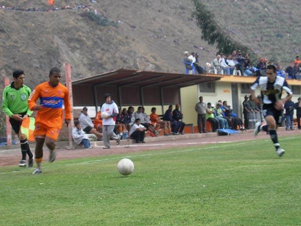 LA LEY DEL EX. Benavides se mostró incisivo ante su alma máter. Aquí supera a Manuel Corrales por derecha (Foto: Abelardo Delgado / DeChalaca.com)