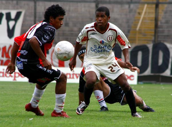 DESCONCERTADOS. Ni Universitario ni Melgar lograron sus objetivos y la pelota quedó en segundo plano (Foto: Andrés Durand / DeChalaca.com)