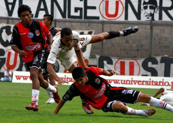 NO ME GANAS. Arismendi barre a Rabanal en señal de que la victoria no era cosa fácil (Foto: Andrés Durand / DeChalaca.com)