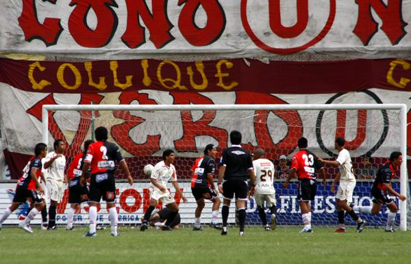 EL MÁS SAPO. El 'Sapito' Pereyra ganó de cabeza y sale a festejar el 2-2 (Foto: Andrés Durand / DeChalaca.com)