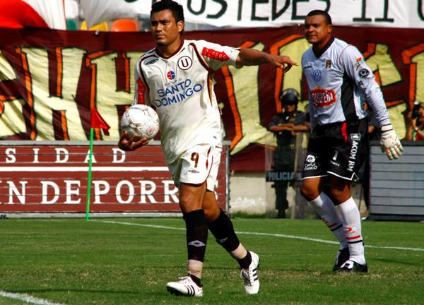 ESTUVO DE BUENINGAS. El criticado Jimenéz marcó dos goles pero no redondeó una buena temporada (Foto: Andrés Durand / DeChalaca.com)