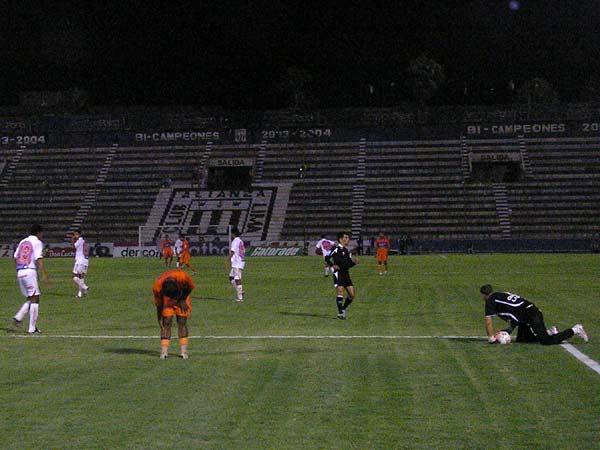 'ROPITA' ARRUGADA. Benavides no fue la carta de gol que los huarochiranos necesitaron. En la imagen se lamenta ante la rápida salida de Martinuzzi (Foto: Abelardo Delgado / DeChalaca.com)