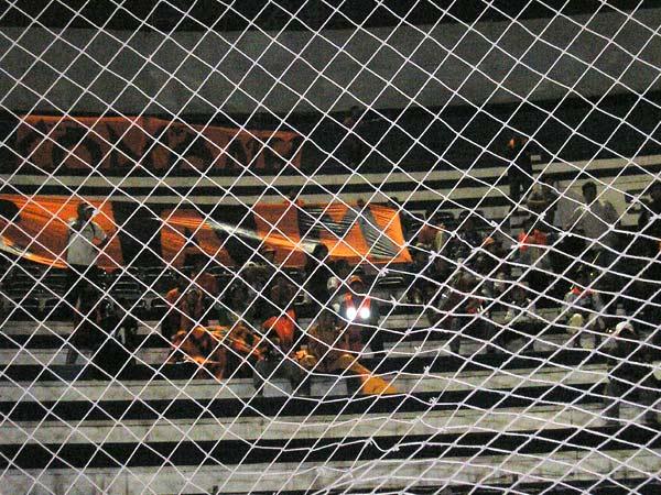SE VAN. La desolación en el fútbol. Estos hinchas de Minero no pudieron presenciar un final feliz para sus colores y se resignaron al adiós. Una pena por la hinchada más colorida del campeonato (Foto: Abelardo Delgado / DeChalaca.com)