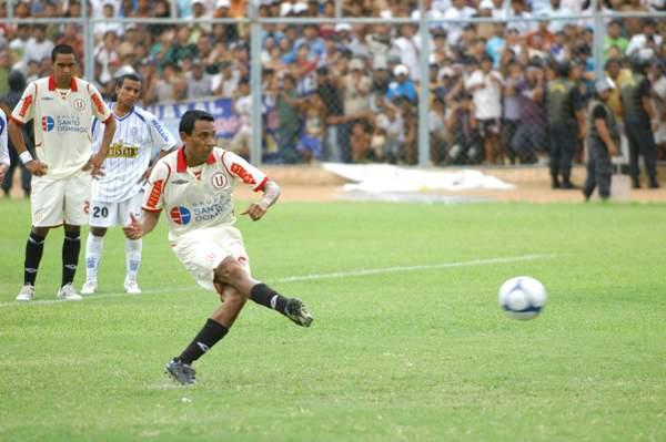 Todo un boom en los medios generó el arribo de 'Ñol' a Universitario, equipo con el que llegó a cumplir el objetivo que se trazó al salir campeón en 2009 (Foto: diario El Tiempo de Piura)