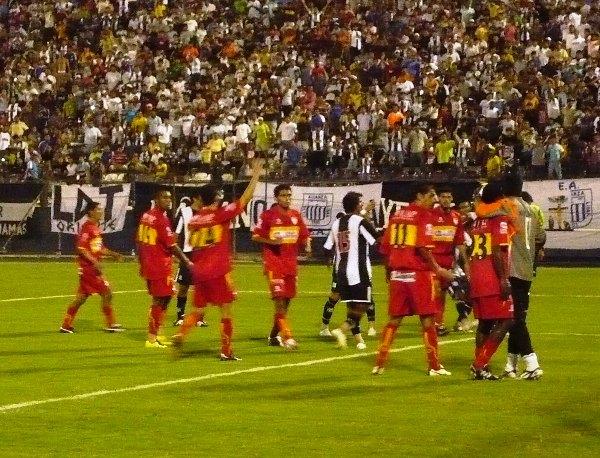 Escenas del primer partido de Sport Huancayo en Primera: fue ante Alianza Lima por el Descentralizado 2009, cayó 4-1 y el descuento del 'Rojo Matador' fue del paraguayo Blas López (Foto: Abelardo Delgado / DeChalaca.com)