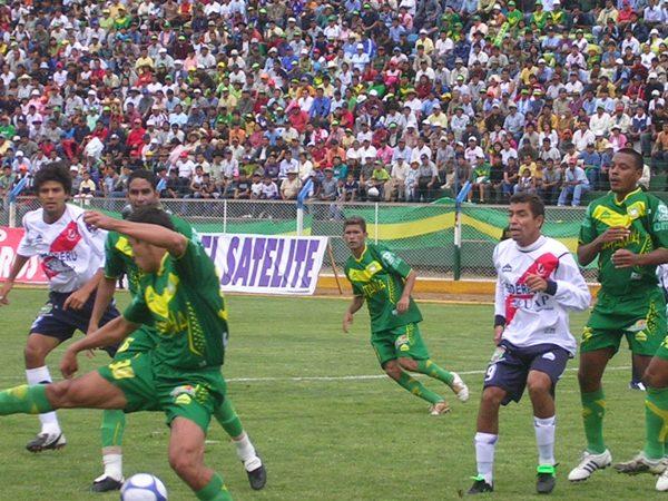 ENREDADOS. Aguilar y Martínez parecen no ponerse de acuerdo para rechazar un balón. Áncash no tuvo más que impulsos en el complemento (Foto: Diario de Chimbote)