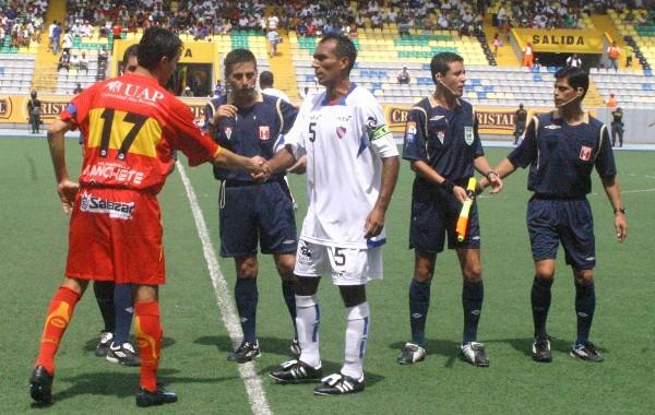 BIENVENIDO A IQUITOS, JUAN ÁNGEL. Muy cordialmente Nick Montalva, como corresponde, saluda al paraguayo Paredes (Foto: cnideiquitos.com)