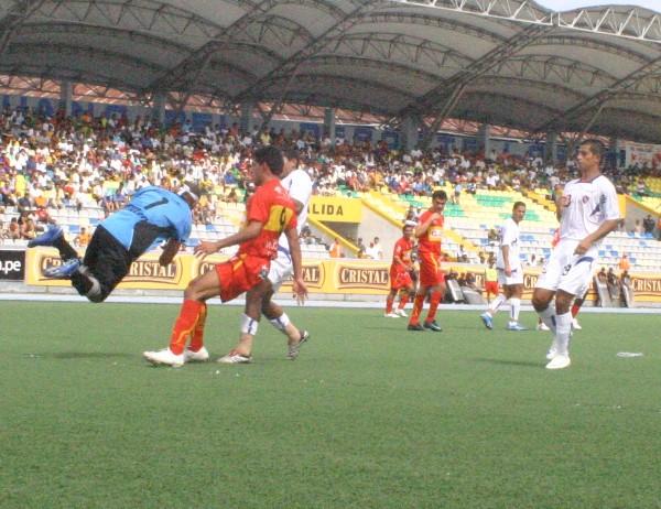 MC VOLADA. Mc Farlane estuvó seguro en las salidas, aunque a veces exageró (Foto: cnideiquitos.com)