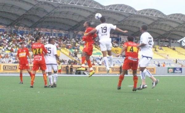 DE MITRA SI GANA. El auspicio de Mitre ayudó a que los selváticos ganaran por arriba, como acá hace el zaguero Zamora (Foto: cnideiquitos.com)