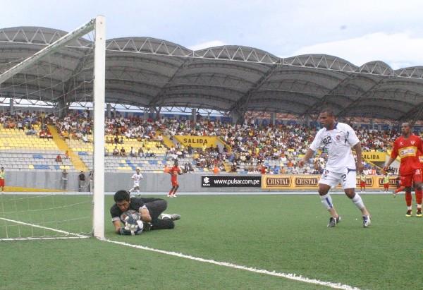 TÚ NO ME MARCAS. Cisneros le apaga la ocasión a Alán Rodríguez (Foto: cnideiquitos.com)