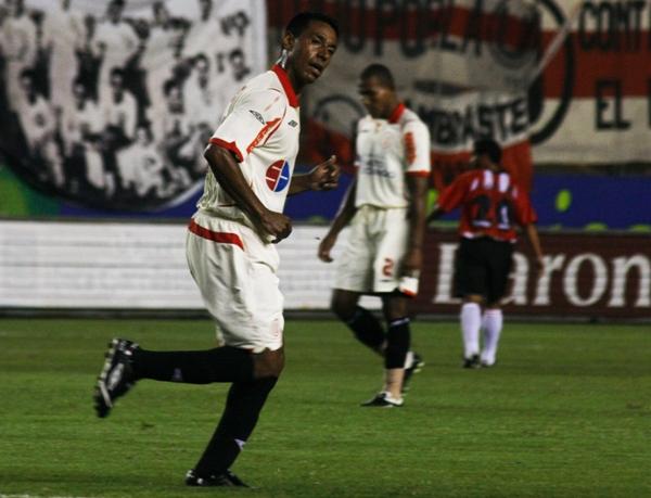 CUANDO TÚ NO ESTÁS. Solano jugó 58 minutos, pero pesó poco o nada en el resultado (Foto: Andrés Durand / DeChalaca.com)