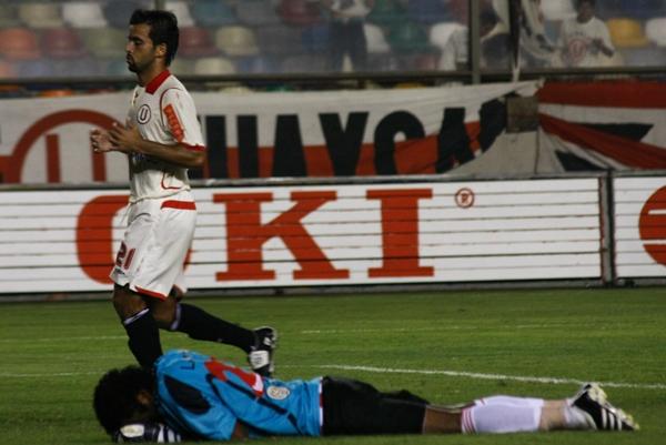 SENTENCIANDO. Espinoza ya convirtió el penal del 3-0. En el suelo, el improvisado golero 'Chemito' Ruiz (Foto: Andrés Durand / DeChalaca.com)