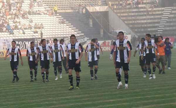 HUELE A QUEMADO. Alianza Lima entrando a la cancha con más dudas que ganas; al final, la derrota era un presagio certero (Foto: Abelardo Delgado / DeChalaca.com)