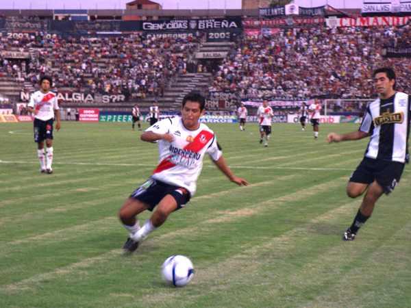 Miguel Llanos corta, muy a su estilo, la jugada que quería arrancar el otrora goleador galvista, Velazquez. (Foto: Abelardo Delgado / DeChalaca.com)