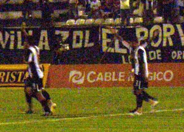 IMAGEN BORROSA. Pese a que se adelantaron en el marcador, los grones no se vinieron abajo en el final (Foto: Abelardo Delgado / DeChalaca.com)
