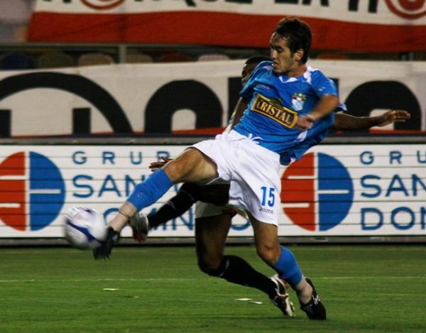 ESFUERZO PURO. Cáncar se entregó todo el partido, pero en esta se aceleró para definir ante Fernández (Foto: Andrés Durand / DeChalaca.com)