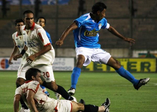 PASA NOMÁS. Vásquez va abajo contra Palacios. El volante crema asumió bien su rol en la volante central (Foto: Andrés Durand / DeChalaca.com)