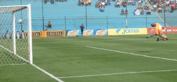 DE AQUELLOS. Sheput comenzó a dibujar la goleada cuando este zapatazo se coló así para el 1-0 (Foto: Abelardo Delgado / DeChalaca.com)