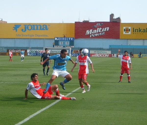 CREA Y ARRASA. Jugando así siempre, Sheput tendría nivel de selección. Acá supera a Esteban y Delgado (Foto: Abelardo Delgado / DeChalaca.com)