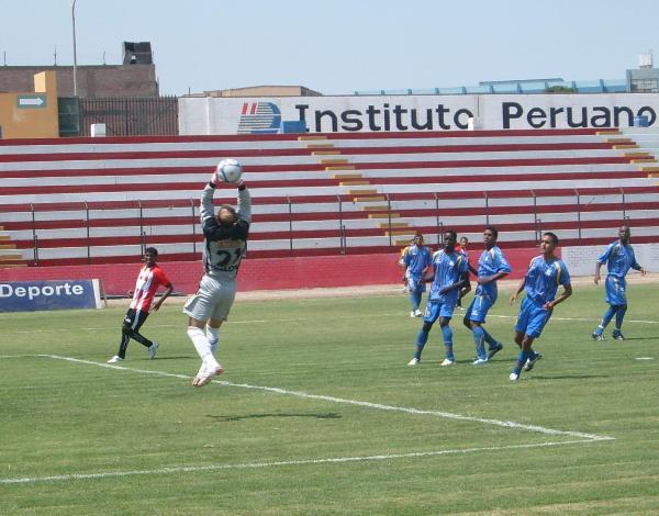 LÁNZALA NOMÁS. El local empezó ofensivo, pero sin mucha precisión. Todos los centros eran atrapados por Lanz (Foto: Abelardo Delgado / DeChalaca.com)