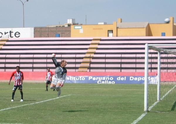 PROBÓ SIN SUERTE. Carty fue el mejor de los locales, pero sus ganas no bastaron para llegar al gol (Foto: Abelardo Delgado / DeChalaca.com)