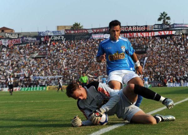 NO PASAS. Forsyth llega primero que Aliberti al balón. El uruguayo se marchó lesionado tras una criminal patada de Fleitas (Foto: ANDINA)
