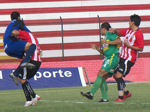 CHOQUE MÚLTIPLE. El golero Cisneros y Doy sufren el embate del ataque local. Total Chalaco puso la garra (Foto: Abelardo Delgado / DeChalaca.com)