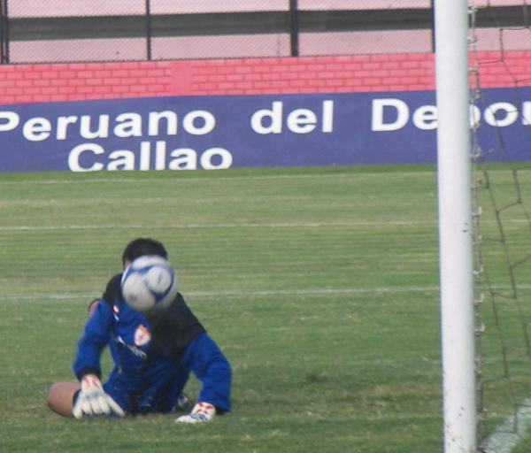 TÁPATE Y VERÁS. Cisneros casi se vio sorprendido por este remate de los albirrojos (Foto: Abelardo Delgado / DeChalaca.com)