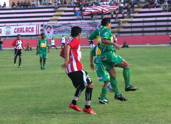 ATENCIÓN. Estigarribia es anticipado por Alemán. El guaraní no se reencuentra con el gol y falló uno cantado (Foto: Abelardo Delgado / DeChalaca.com)