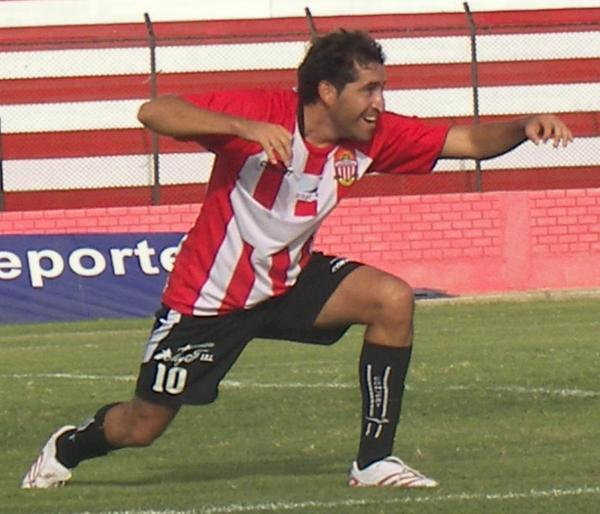 PASOS DE NONA. Muñoz anotó un golazo, el único de la tarde, y lo celebró así (Foto: Abelardo Delgado / DeChalaca.com)